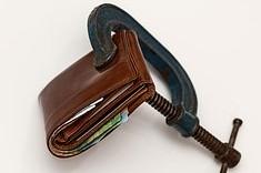 Naše peněženky ruinují dluhy příbuzných a kamarádů