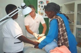 Everyday in Itibo in Kenya: rescue a child with a serious intestinal infections and operations woman