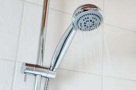 Jedno osprchování vám vytáhne z peněženky až 15,50 Kč, nemuselo by