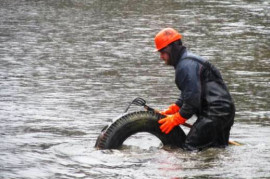 An unknown offender poured hundreds of tires to the bottom of the Brno reservoir