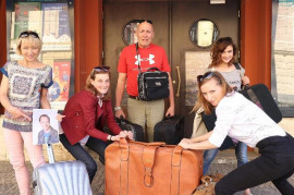 In Švanda's theater he packs suitcases. They will play in the United States